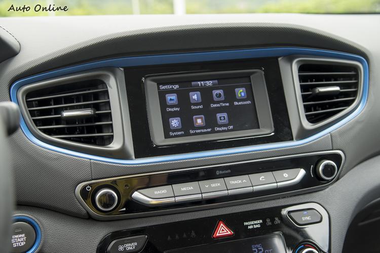 五吋觸控顯示幕提供倒車顯影、行車功能設定與音樂播放顯示。