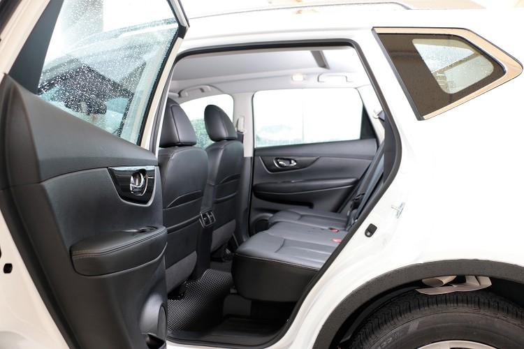 車門開啟角度高達80°可輕易上下,第二排座椅前後有192mm滑移空間與椅背角度都能有適度範圍調整。