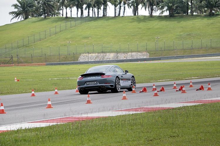 麋鹿測試對於底盤穩定性是一大考驗,同時也需要敏捷的駕駛反應才能化險為夷。
