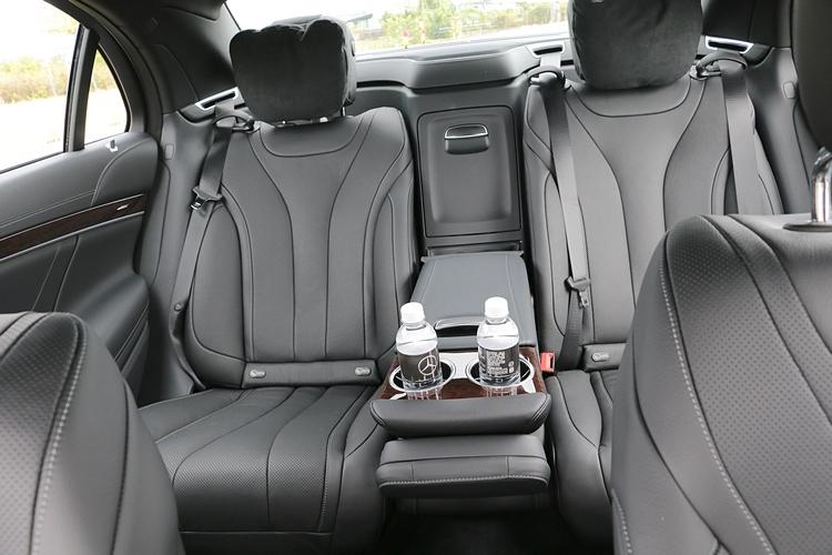 舒適無比的座椅設計,提供後座賓客身體最佳抒壓環境。