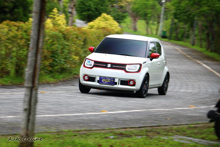 好在它的車重只有865kg,變速箱為CVT無段變速系統,能幫助彌補些底轉速的加速力道。