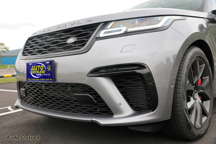 前保險桿的進氣孔,提高保桿內冷卻系統的效率,全新網狀格柵水箱護罩突顯出車頭尊貴非凡質感。