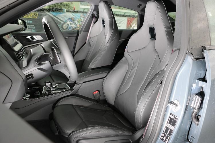 兩張包覆支撐性極佳的Dakota真皮M款跑車座椅是BMW迷中的夢幻逸品。