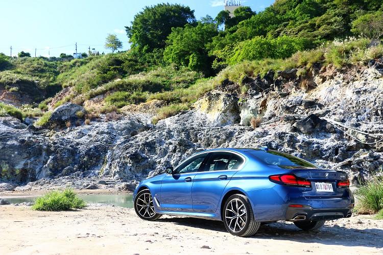 限量300台的首發版車型上面,原廠免費升級19吋M款Y輻式專屬輪圈與電子懸吊系統。