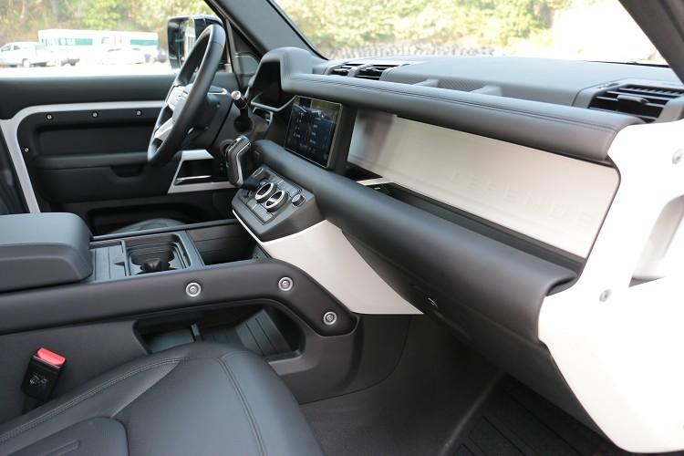 車輛的內裝設計相當硬派且以功能性為主,一點都沒有向RR靠攏的意思。