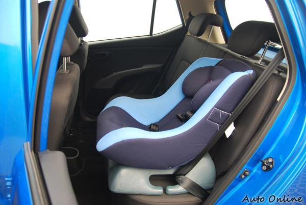 i10後座放上一張兒童安全座椅後的空間示意圖。