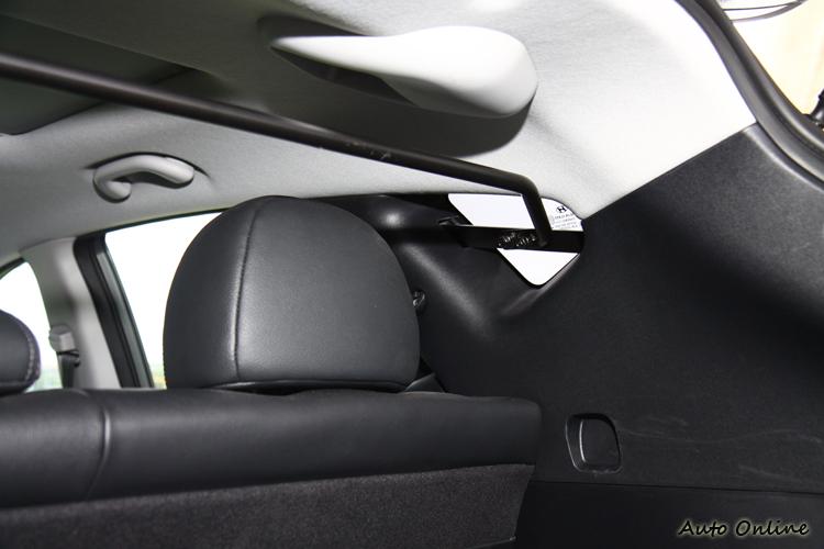 客貨車牌照讓ix35 VGTurbo在售價上取得較為優勢的地位,但後座就得加裝這樣的防護桿,所幸倒也沒造成乘坐上的不方便。