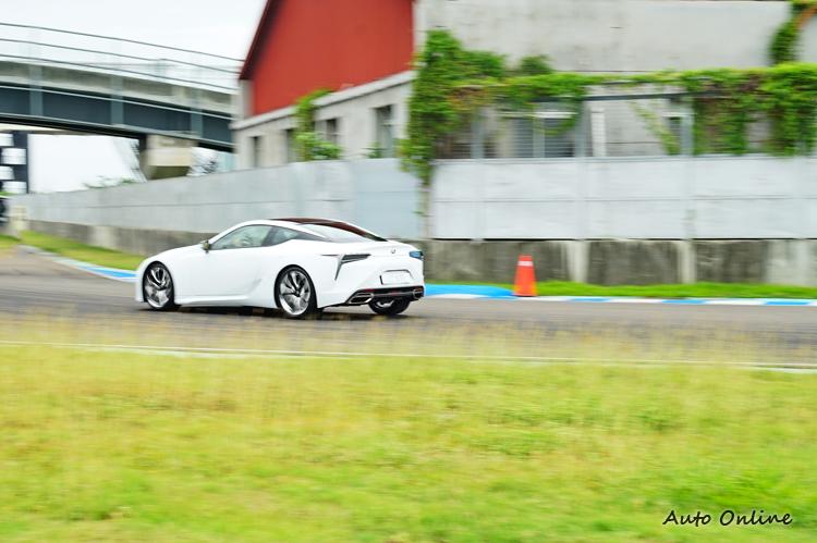 變速系統會根據油門、煞車、車身G值等參數判斷選擇最佳檔位。