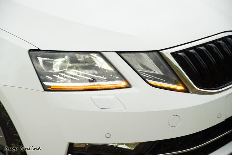 車燈改為分離設計且下方加入LED導光條日行燈。