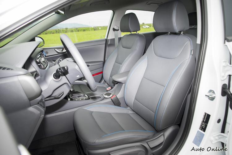 駕駛座有電動腰靠,雙前座有通風/加熱功能。