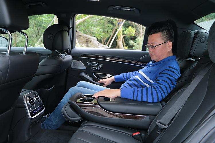 長軸車型增加的9公分車長,全數提供給後座使用,創造寬敞舒適的乘坐體驗。