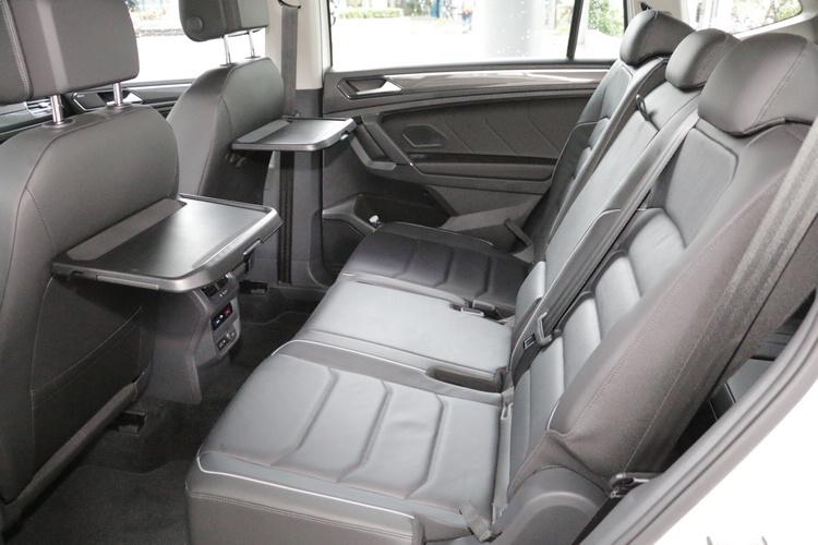第二排座椅具備前後滑移、椅背角度多段調整,並有專屬杯座和餐盤。