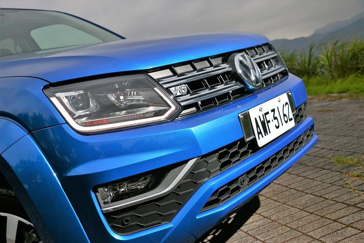 車頭分明的線條加上鍍鉻材質,底板與車身顏色相同,看起來非常帥氣。