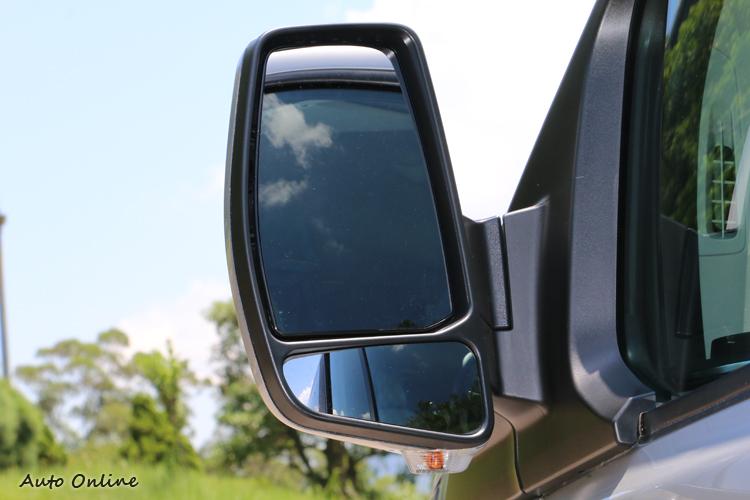 雙後視鏡提供不同視野,讓駕駛更能夠掌握週邊路況。