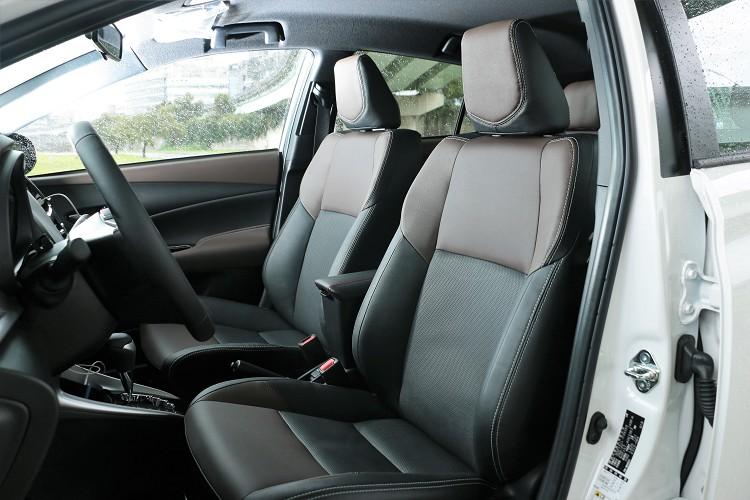 內裝採雙色混搭風格一路由外觀延伸至車室設計,咖啡色元素混搭黑內裝,提升車室空間整體質感。