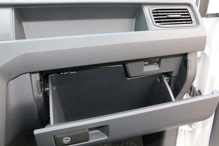 手套箱內附有多段保冷功能的設計,這個配備甚至在許多高階休旅車上也看不到。