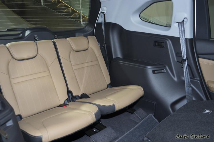 七人座車型的第三排座椅坐進成人還算OK,不是僅供孩童乘坐。