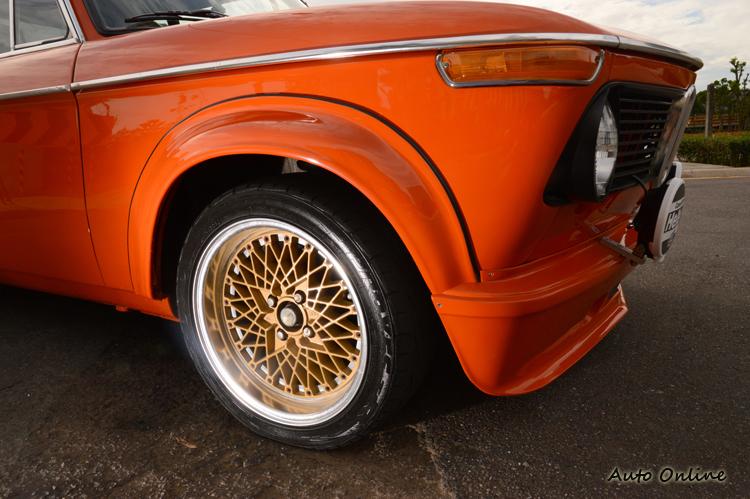 SSR雙片式鍛造放射造型鋁圈,跟老車還滿對味的。