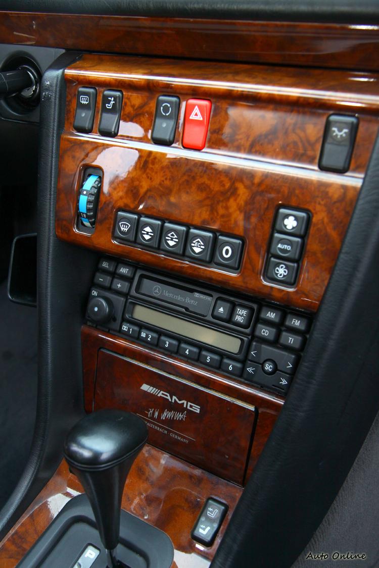 冷氣空調控制介面簡單,下方還保有卡式的音響主機。