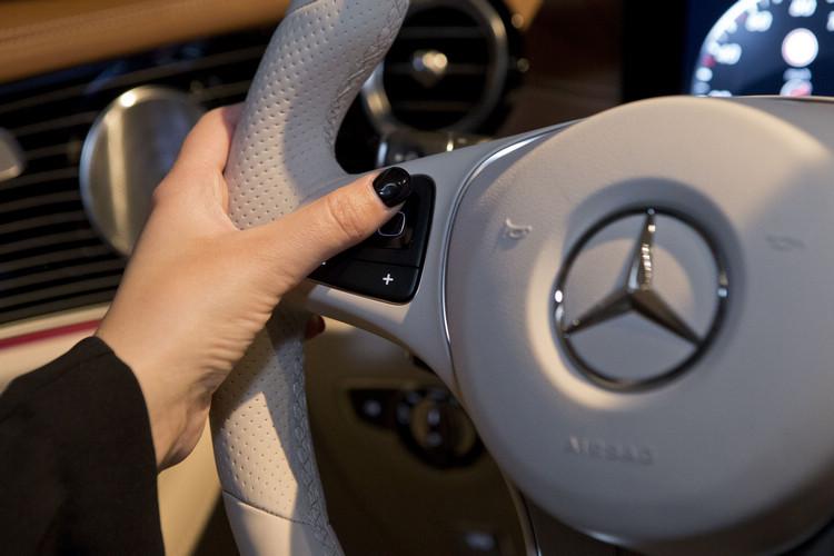 全新的觸控設計讓駕駛只需動動手指就能操作整個娛樂系統,雙手不需離開方向盤。
