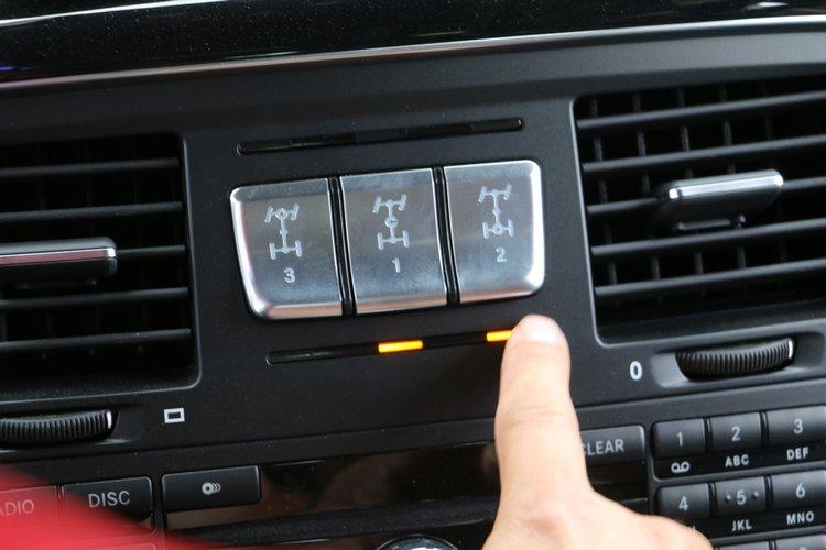 G500車上三個按鈕,分別控制前、中、後差速器鎖定,這也是它超強越野能力的秘訣。