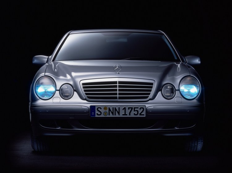 W210改為流線與圓潤為造型主軸,車頭的四圓頭燈更是W210讓全球車迷難以忘懷的招牌設計。