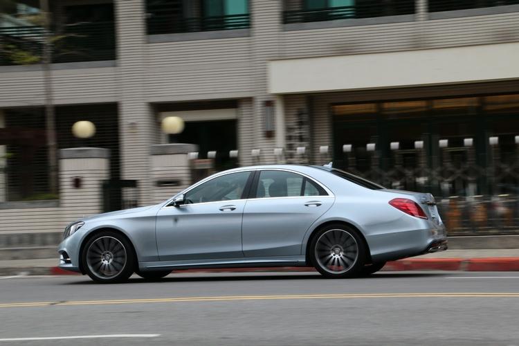 S 350 d 運動版保有 S-Class 的至尊風範,與更精實的視覺比例。