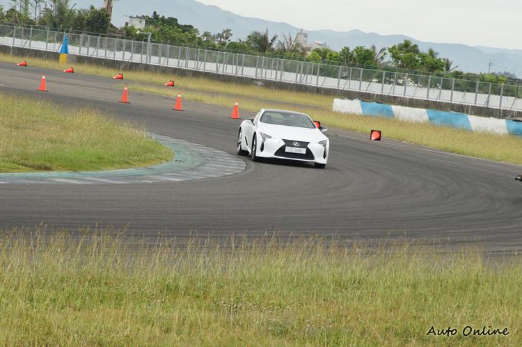 在大S彎賽段即使入彎速度過快,只要略收油門即可修正車頭角度。