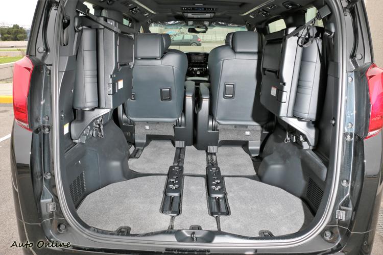第三排座椅向兩邊收折(座椅無法移除,只能收折),就能得到更大置物容積。