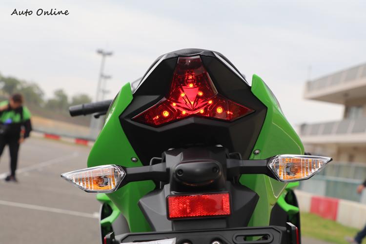 LED尾燈源自當家仿賽車ZX-10R,搭配銳利的分離式方向燈,辨識度相當高。