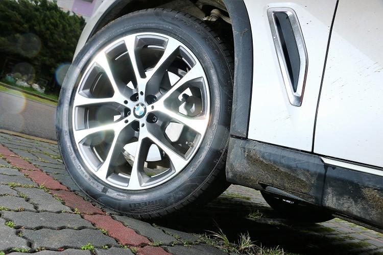 20吋規格鋁圈,輪胎使用倍耐力P Zero,就算大休旅還是要有駕馭樂趣。