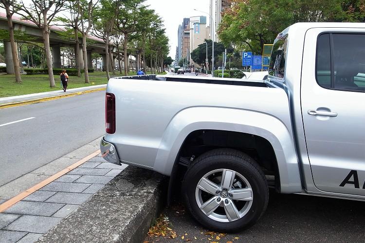 停車位的選擇更要碰運氣,過小的停車位或者過低的樓板高度,不是停好車露出一截在外面就是根本下不了停車場。