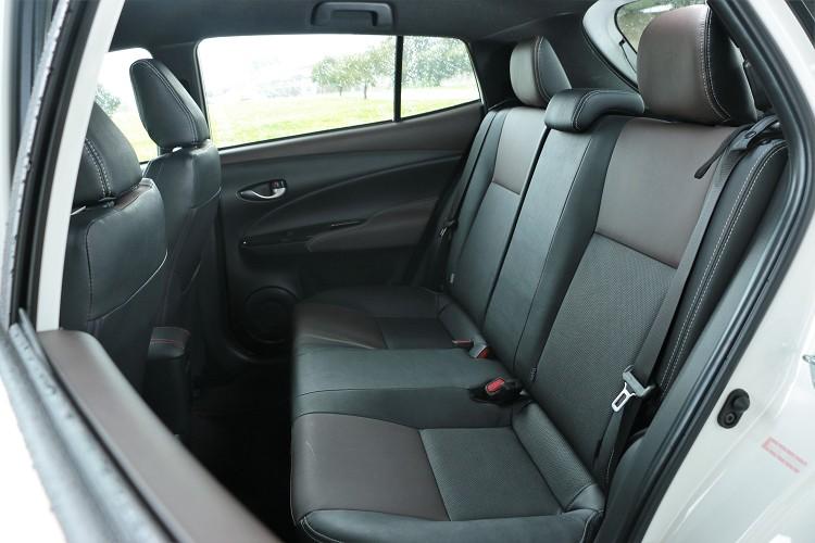 前座調整至駕駛姿勢,後座膝部都能有一個拳頭左有的空間,而頭部空間同樣距離車頂能有一個拳頭。