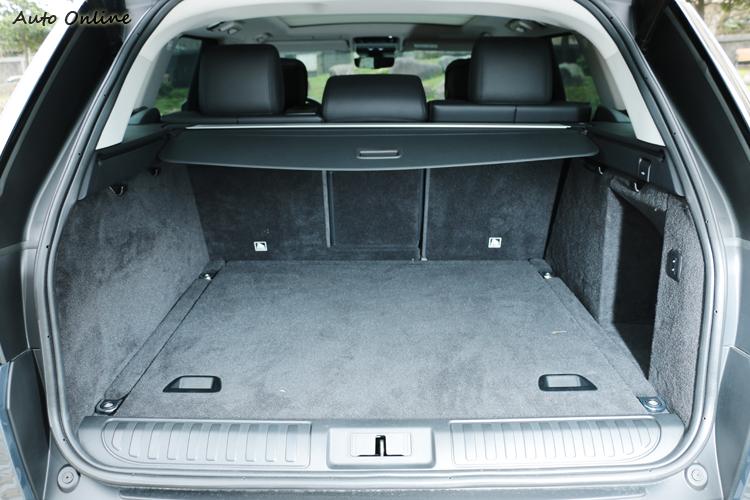 行李廂擁有方正且深的置物空間,第二排未傾倒下擁有780公升容積。