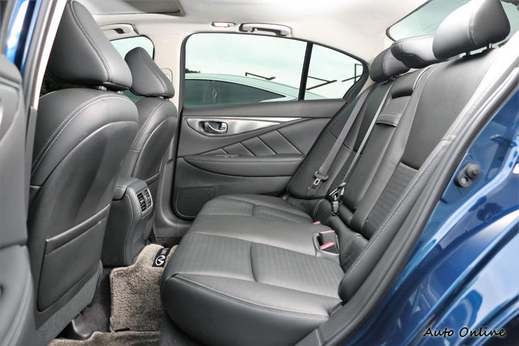 後座空間寬敞且寬裕,椅墊設定偏硬,乘坐質感細膩度還有進步空間。