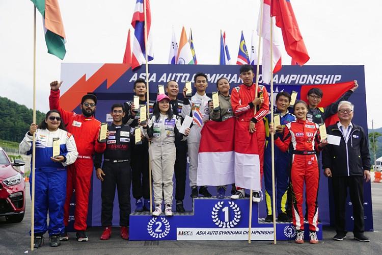 《王昱勝、林君達與李佳穎(右4.2.3)獲得團體錦標季軍》