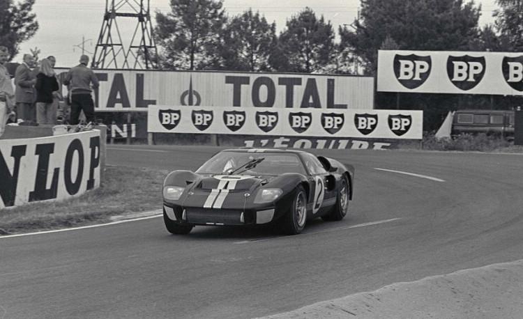 Ford金牌汽車設計師Carroll Shelby領軍,聯手英國賽車手Ken Miles,突破極限為Ford打造劃時代經典賽車GT40,在1966年的「利曼24 小時耐力賽」一舉奪下前三名。