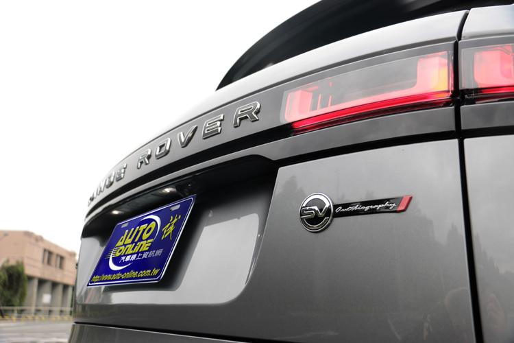 車尾的Range Rover字體刻意用滾花飾面,還可看到SVAutobiography的銘牌,驗明正身此車的特殊性。