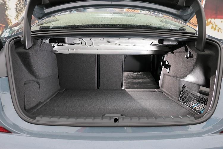 高達430公升的行李廂容積與40/20/40分離可傾倒後座椅背,不會再因為跑車空間不足而失去該有的空間機能。