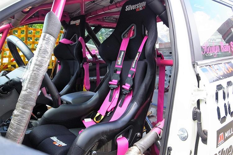 雙前桶型座椅與六點式安全帶則是Silverstone Racing部品,安全帶的顏色也是沈佳穎所指定,這讓陽剛的賽車多幾分粉紅泡泡特殊氛圍。