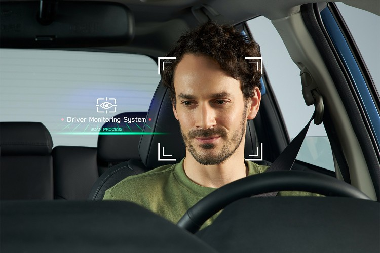 透過駕駛者前方鏡頭,當警示系統偵測到駕駛視線或頭部方向離開設定範圍,而非專注於前方時,系統將以警示聲響及儀表板顯示提醒。
