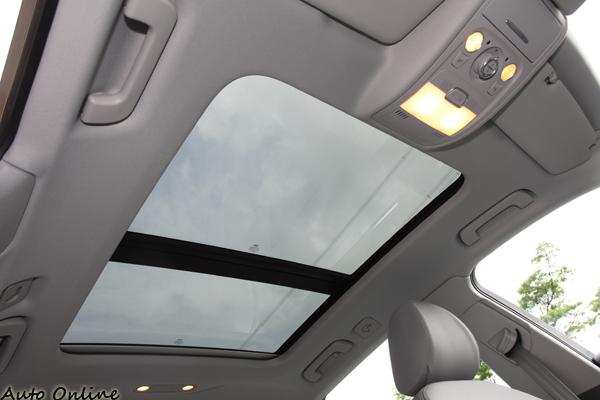Avant車型全景天窗為標準配備,附有電動遮陽簾,不用怕炎炎夏日被太陽曬暈。