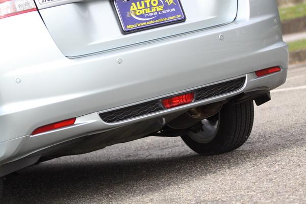 車尾後保險桿下緣融入網狀塑料,以及類似F1後方警示燈的後霧燈。