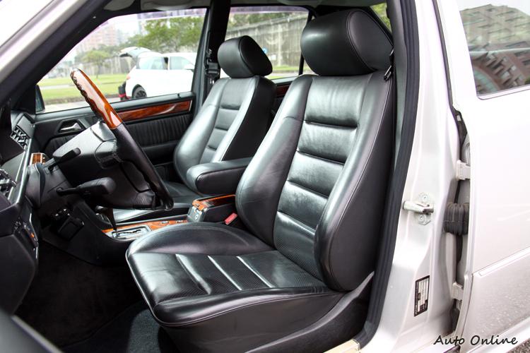 前座椅換上兩張AMG包覆性好的運動化座椅,但還是保有M-Benz該有的舒適性。