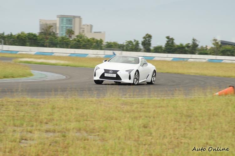 在Sport S+模式下大腳油門出彎時後輪滑移非常明顯,但卻又能控制在失控邊緣。
