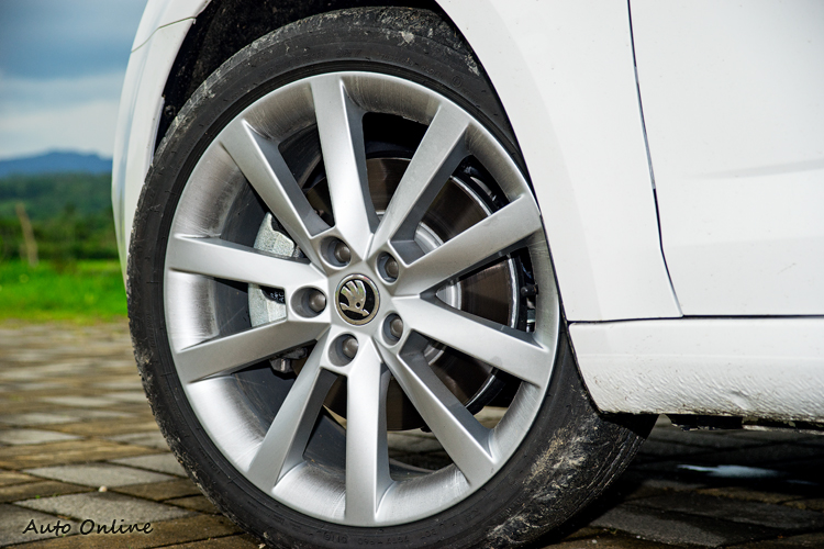 鋁圈標配為17吋,前一百名車主限量升級至18吋。