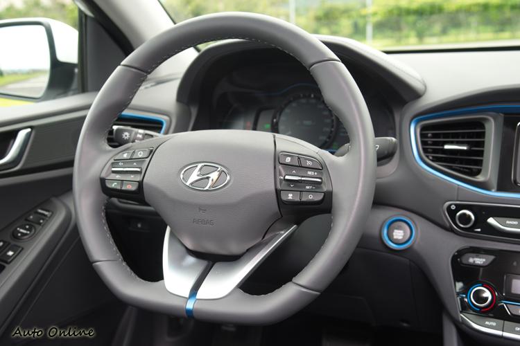 平底式真皮方向盤可控制行車電腦、音響、藍芽、定速。