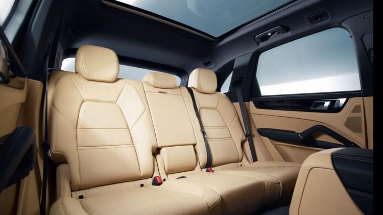 後座空間獲益於車身尺碼的加大,有更為寬敞的空間表現,同時行李載物容量也更大。
