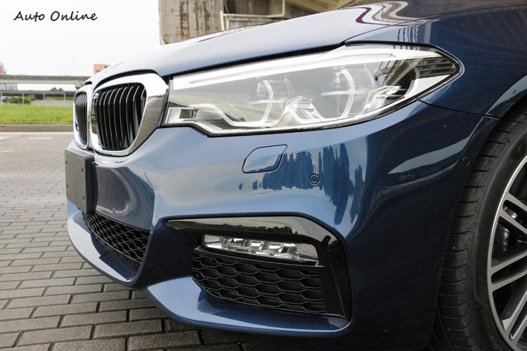 全車系標準配備LED頭燈(試駕車選配轉向頭燈與遠光燈輔助)、日間行車燈與前霧燈。