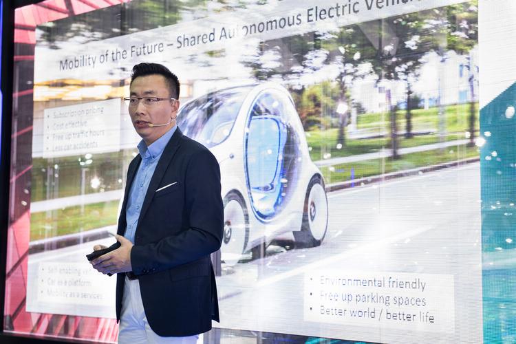 「互聯移動新想像」由台灣IBM全球企業諮詢服務事業群合夥人 吳建宏先生擔任專題講者,以精彩案例分享聯網世代的移動新趨勢。